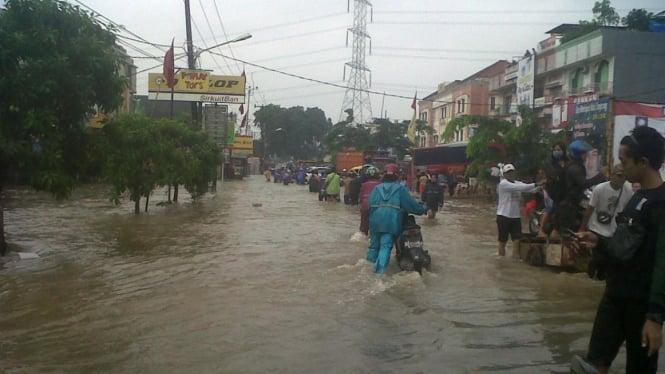 Banjir di Tangerang, depan Perumahan Cileduk Indah