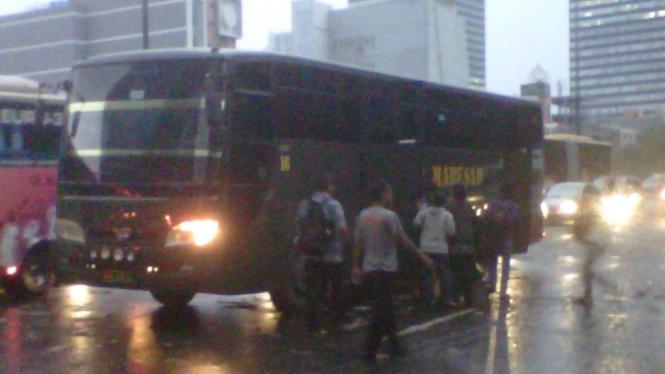 Bus TNI Angkut Karyawan di Jalan Sudirman