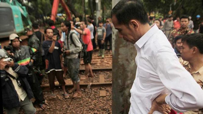 Jokowi Tinjau Perbaikan Tanggul Banjir Kanal Barat (BKB) Latuharhari