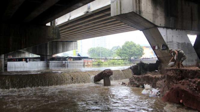 Perbaikan Tanggul Banjir Kanal Barat (BKB) Latuharhari