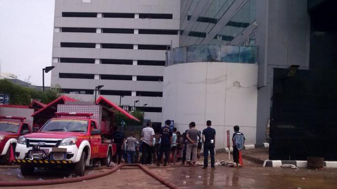 Evakuasi  Korban Banjir di Basement Gedung UOB