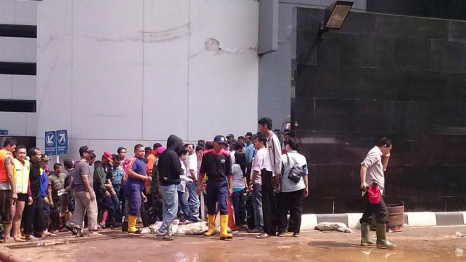Proses Evakusi di Basement Gedung UOB