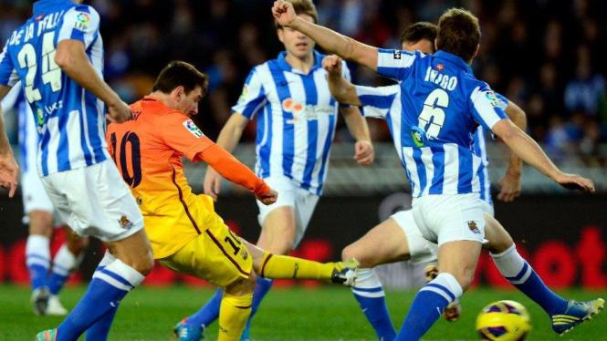 Lionel Messi dikepung pemain Real Sociedad