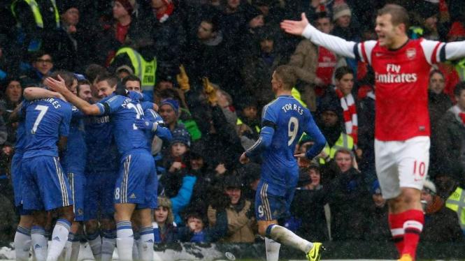 Pemain Chelsea merayakan gol Juan Mata ke gawang Arsenal