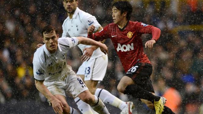 Scott Parker (putih, kiri) saat melawan Manchester United