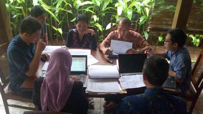 Sejumlah petugas KPK di rumah Rieke Diah Pitaloka