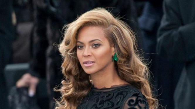 Beyonce mengenakan anting Emerald