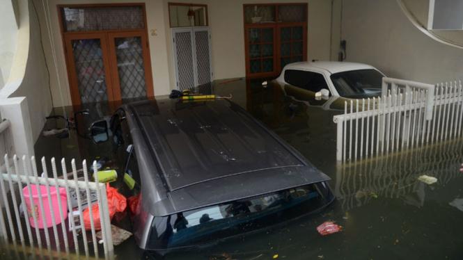 Mobil Terendam Banjir di Pluit
