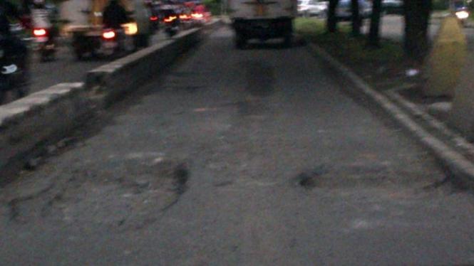 Jalan utama Kawasan Industri Pulogadung rusak parah