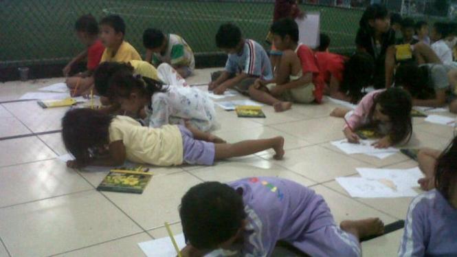 Anak korban banjir lomba menggambar