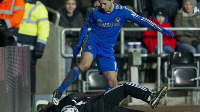 Pemain Chelsea, Eden Hazard, saat terlibat insiden dengan anak gawang