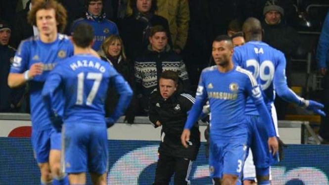 Anak gawang (hitam) yang terlibat insiden dengan Eden Hazard (17)