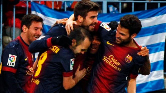 Pemain-pemain Barcelona merayakan gol ke gawang Malaga