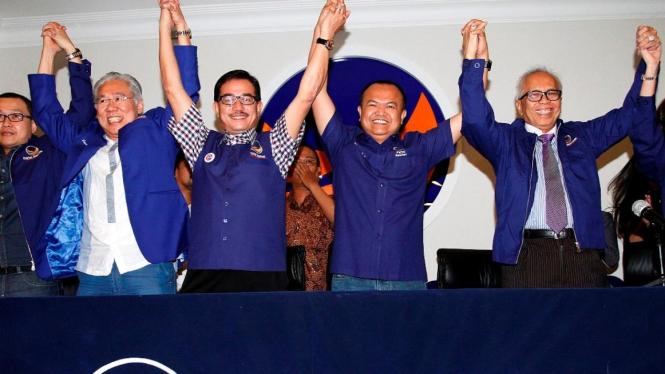 Enggartiasto Lukita (kedua dari kiri) dan OC Kaligis (paling kanan) masuk Partai Nasdem