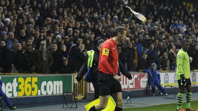 Hakim garis nyaris terkena lemparan botol suporter saat Millwall vs Aston Villa