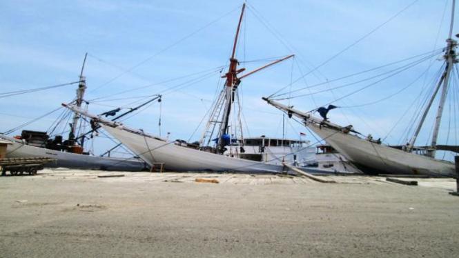 Kapal-kapal Pinisi sedang bersandar