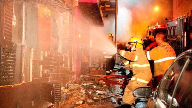 Petugas berjuang padamkan kebakaran kelab malam di Brazil