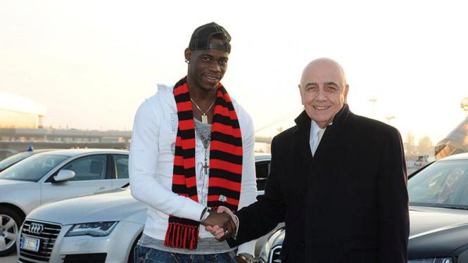 Mario Balotelli (kiri) bersama Wakil Presiden Milan, Adriano Galliani