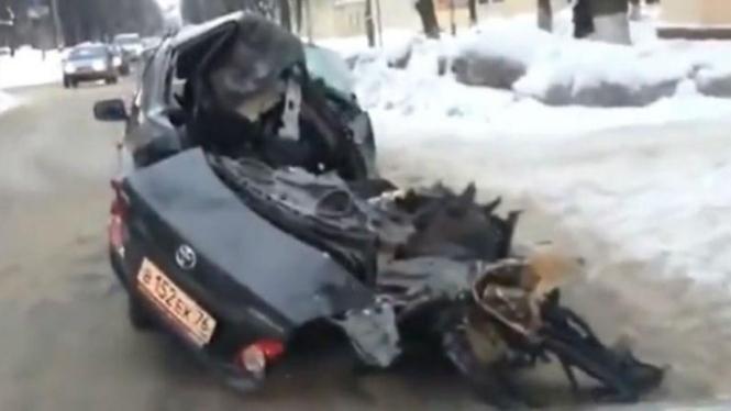 Toyota Corolla dengan kondisi nyaris hancur tetap digunakan pemilliknya