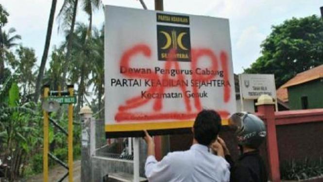 """Papan DPC PKS Dicoreti """"SAPI"""" di Semarang, 1 Februari 2013"""