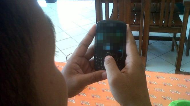 Video mesum menyebar melalui HP. Foto ilustrasi.
