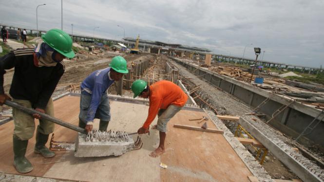 Sejumlah pekerja saat menyelesaikan proyek infrastruktur.  (Ilustrasi)