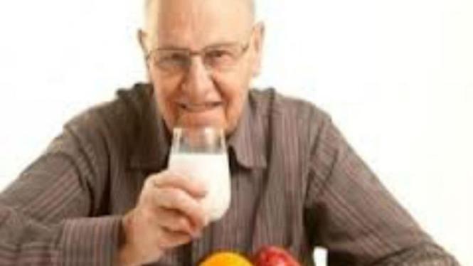 kakek sehat dengan makanan