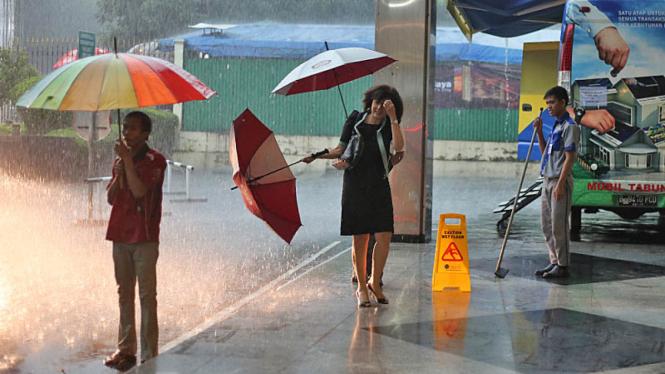 Hujan mengguyur Jakarta.