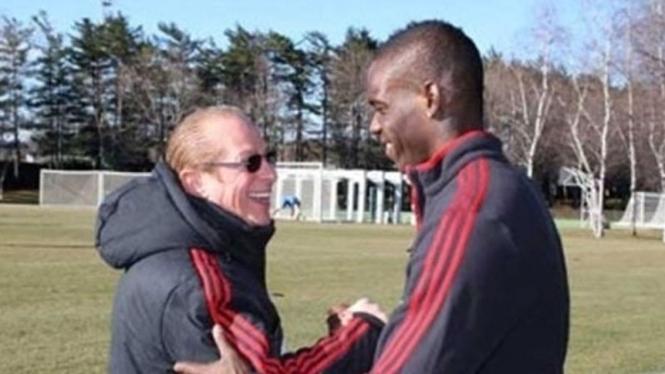 Mario Balotelli (kanan) bersama dengan Paolo Berlusconi