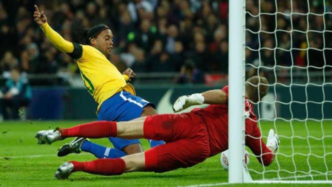 Ronaldinho (kiri) dan Joe Hart