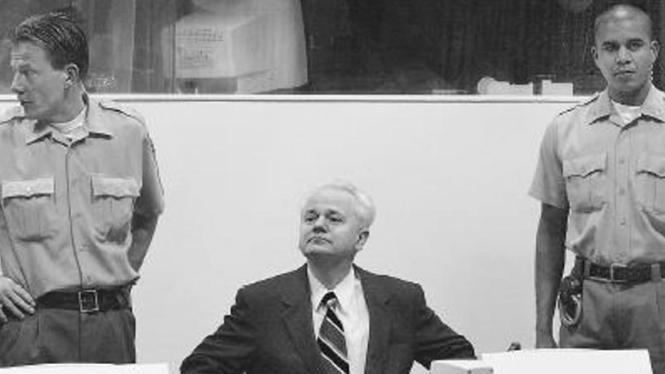 Mantan Presiden Yugoslavia Slobodan Milosevic saat di persidangan.