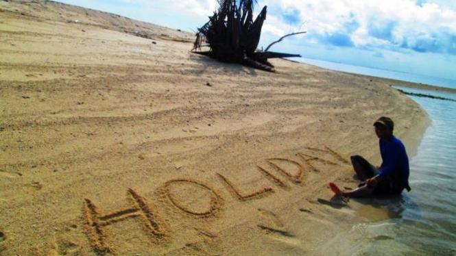 Asyiknya berlibur di pantai