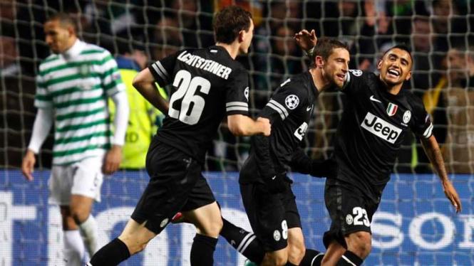 Arturo Vidal (kanan) merayakan gol Claudio Marchisio ke gawang Celtic