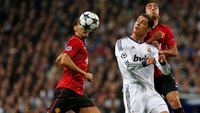 Cristiano Ronaldo (putih) dihadang bek Manchester United, Rafael