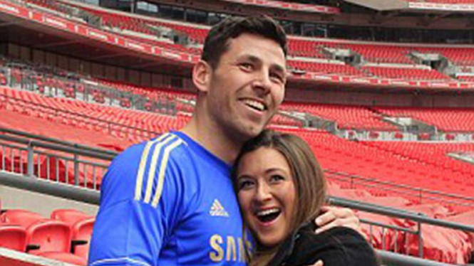 Petinju Darren Barker melamar kekasih di Stadion Wembley