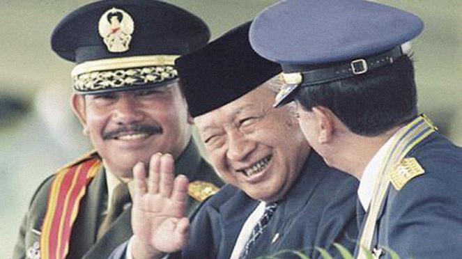 Mantan Presiden RI, Soeharto (tengah).