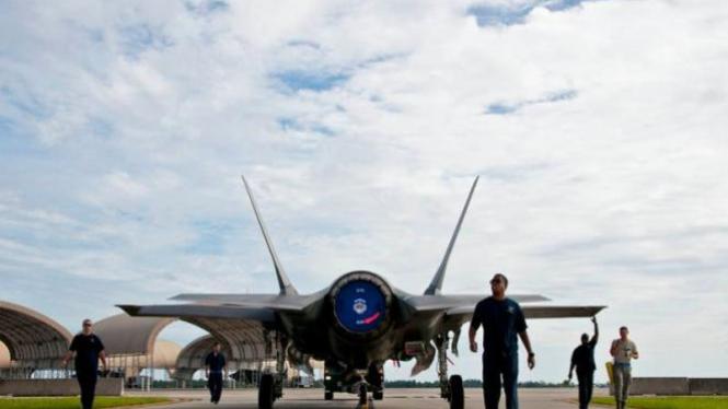 Petugas maintenance dari Skadron 33 memindahkan F-35A Lightning II dari jalur penerbangan dan masuk ke sebuah hangar di pangkalan udara Eglin, Florida, 27 Agustus 2012.