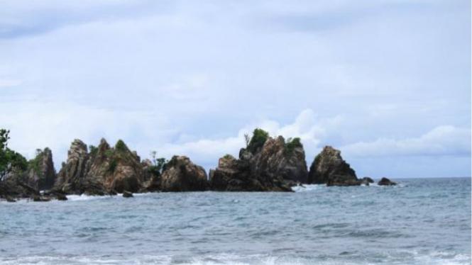 Pantai Karang Pegadung