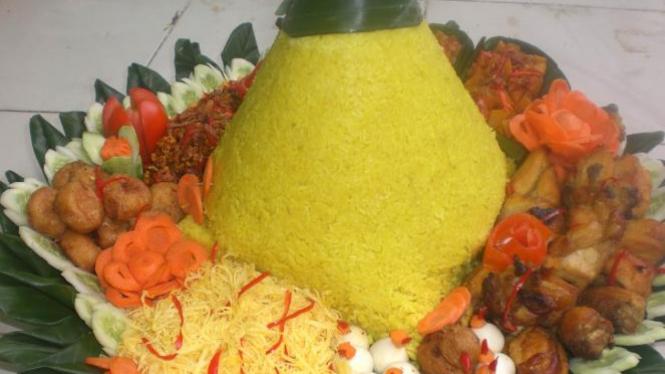 Nasi tumpeng dan kelengkapannya