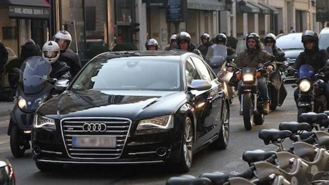 David Beckham (dalam mobil) dikawal parade motor ke tempat latihan PSG
