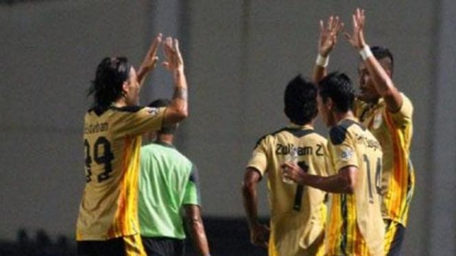 Pemain Mitra Kukar merayakan gol