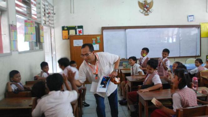 Pak Budi  bercengkrama dengan para siswa