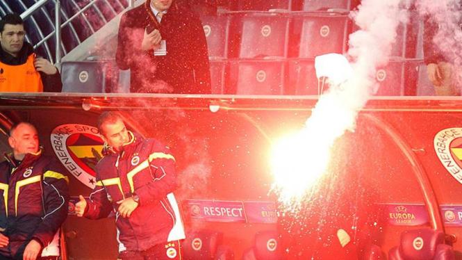 Kembang api yang diberi parasut di laga Fenerbahce vs BATE