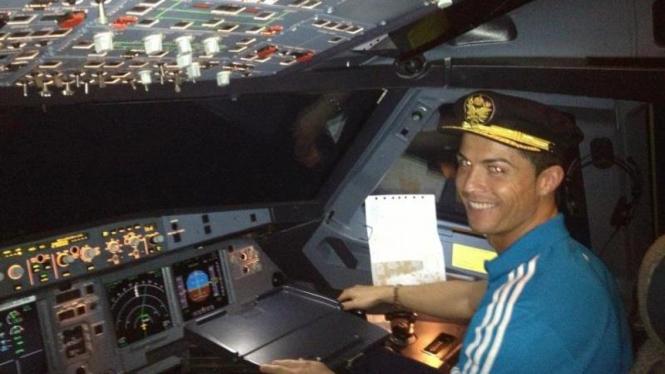 Cristiano Ronaldo bergaya seperti pilot