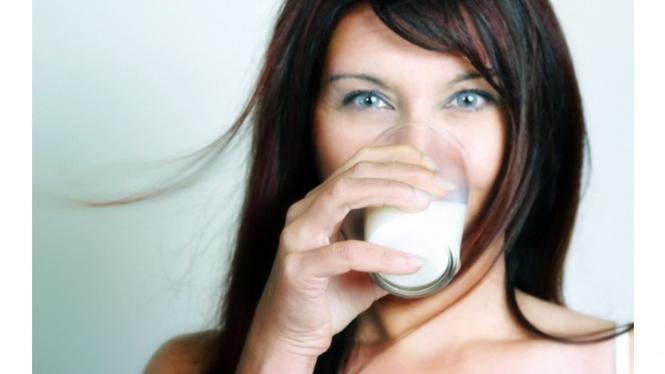 Wanita minum susu