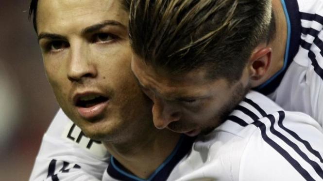 Pemain Real Madrid, Cristiano Ronaldo (kiri) bersama Sergio Ramos