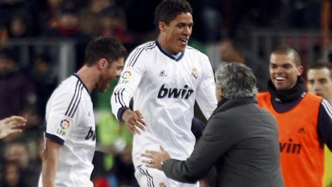 Pemain Real Madrid, Raphael Varane, merayakan gol bersama Jose Mourinho