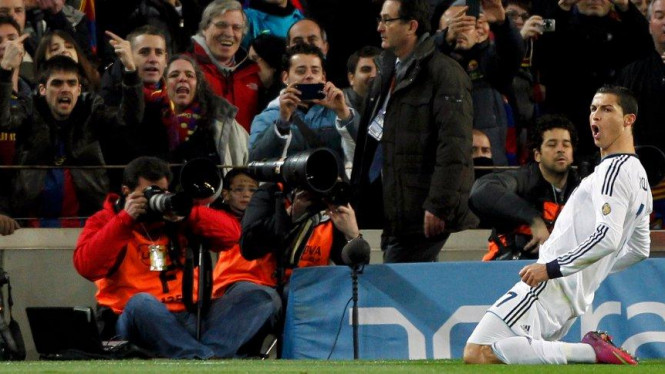 Cristiano Ronaldo merayakan gol di Camp Nou