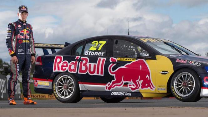 Casey Stoner dengan mobil balap supercar V8