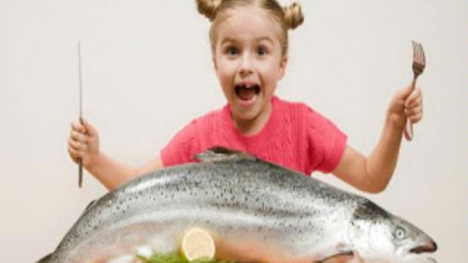 Anak makan ikan.